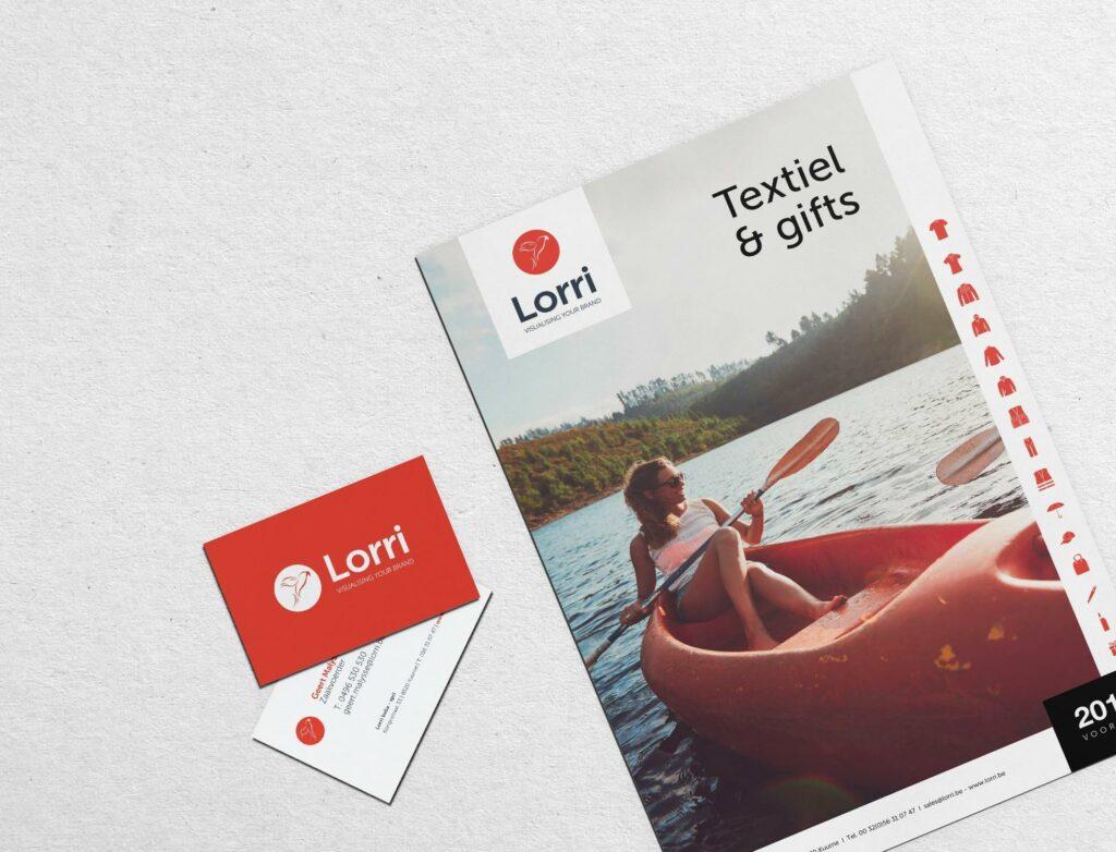 Foto van avonturier met kompas binnen rebranding van Lorri.